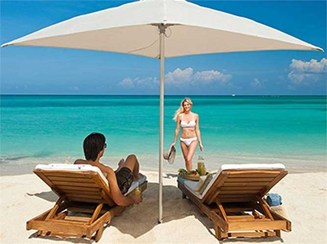 Khách đến nghỉ ở khách sạn Sandals Carlyle Inn có thể thư giãn trên những băng ghế rộng, trên những bãi biển cát trắng mịn tuyệt đẹp.