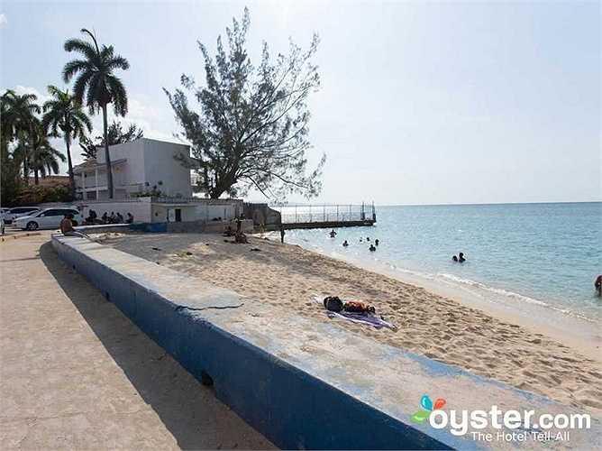 Trên thực tế, bãi biển trên chỉ là một roi cát nhỏ hẹp nằm ngay cạnh một con phố đông đúc, nhộn nhịp.
