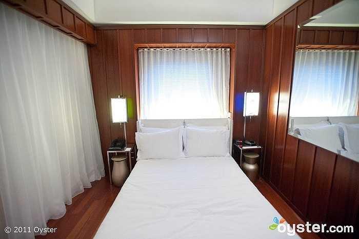 Bởi vì ngoài đời, chiếc giường và phòng ngủ đều khá nhỏ hẹp.