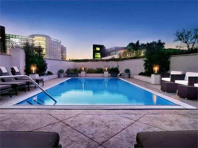 Tắm vào buổi đêm ở khách sạn Los Angeles Sofitel chắc hẳn sẽ là một trải nghiệm lãng mạn với nhiều người.