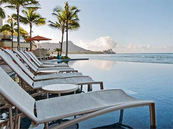 Bể bơi vô cực của khách sạn Sheraton Waikiki tại Hawaii có vẻ như là chốn thiên đường bình yên và vắng vẻ.