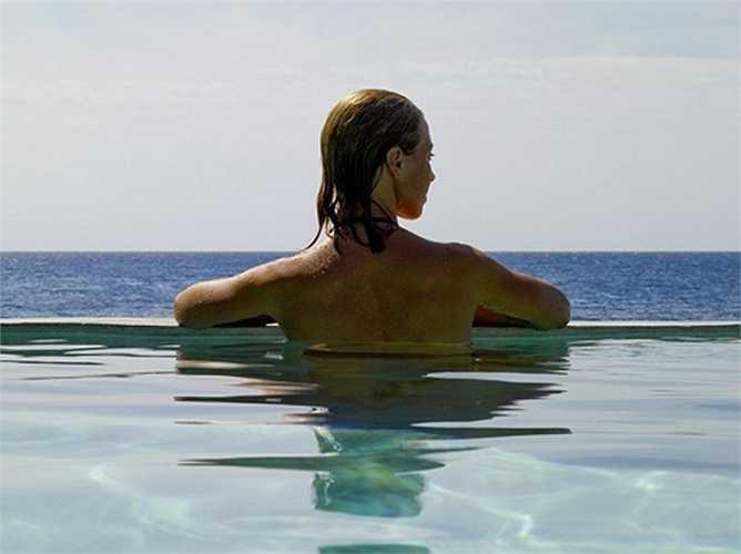 Nếu bạn đang mơ tới cảnh được ngắm nhìn hoàng hôn ở khách sạn Tensing Pen, Jamaica trong lúc đằm mình trong làn nước mát của bể bơi vô cực này...