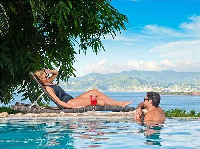 Đến Maca Bana ở Grenada, bạn vừa có thể nhâm nhi một ly cocktail bên một bể bơi lộng lẫy vừa đắm mình trong khung cảnh thiên đường.
