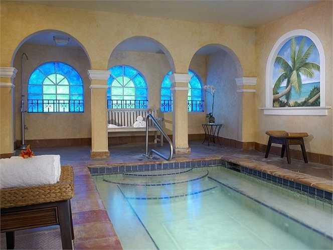Khách sạn Claridge ở Miami có vẻ như sở hữu một bể bơi trong nhà tuyệt đẹp theo phong cách Ý mộng mơ.