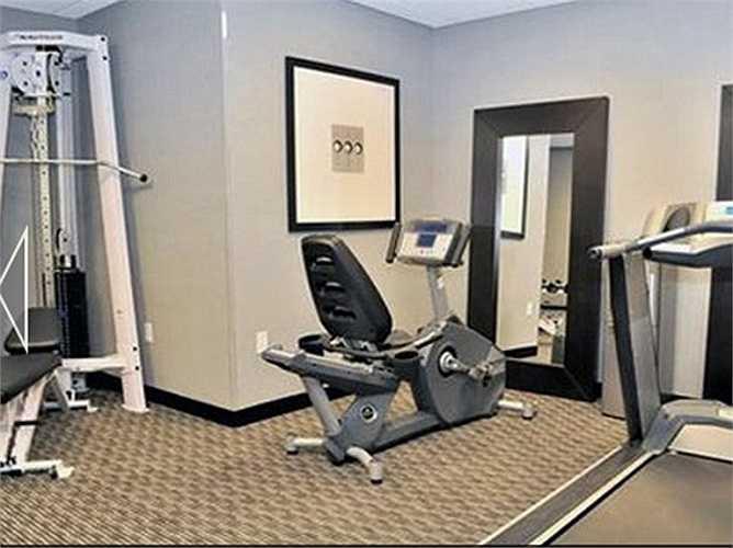 Khách sạn Comfort Suites gần Williamsburg, Virginia trông như thể có cả một không gian tập thể dục thể thao rộng rãi...