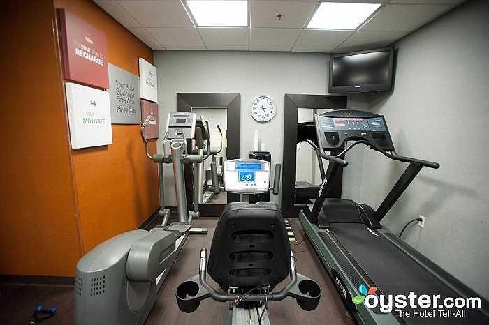 ... mặc dù ảnh thực tế cho thấy phòng gym rất nhỏ và chật hẹp với các thiết bị tập kê sát vào nhau.