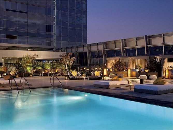 Bể bơi trên tầng thượng của khách sạn Ritz Carlton Los Angeles về đêm nhìn quá long lanh.