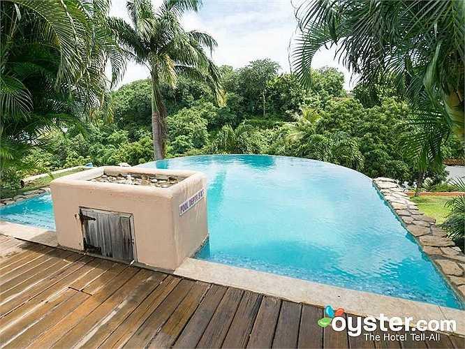 Khác xa với ảnh, bể bơi ở Maca Bana bé xíu và trông giống một bồn tắm lớn hơn là một bể bơi.