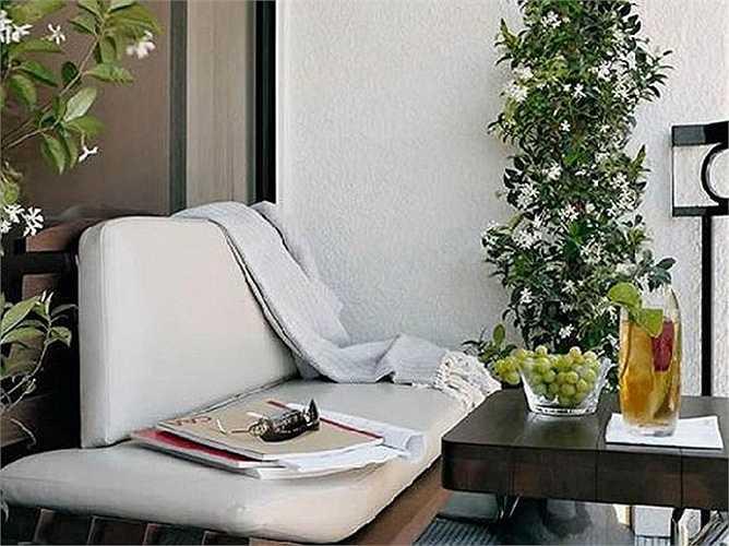 Ban công của khách sạn London West Hollywood khi lên ảnh được trang trí như một căn phòng nhỏ đón gió.