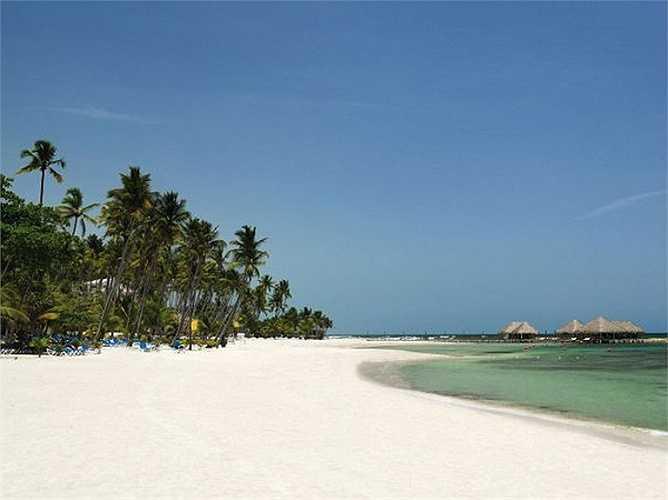 Bãi biển cát trắng dài miên man thuộc về khu nghỉ dưỡng Barcelo Capella Beach Resort ở Cộng hòa Dominica.