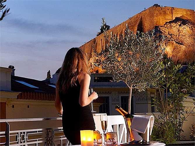Trong tấm hình này, tưởng chừng như ngọn núi Acropolis nằm cận kề khách sạn AVA Hotel Athens.