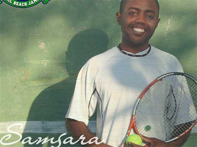 Một huấn luyện viên tươi cười sẽ dạy bạn chơi quần vợt khi đến nghỉ tại Samsara Cliff Resort & Spa ở Jamaica.