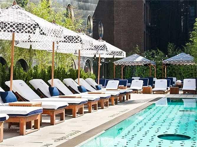 Góc chụp và kiểu cắt cúp sẽ giúp bể bơi khi lên hình sẽ tạo cảm giác như còn rộng và lớn hơn nhiều. Trong ảnh là khung cảnh bên bể bơi trên mái của New York City's Dream Downtown.