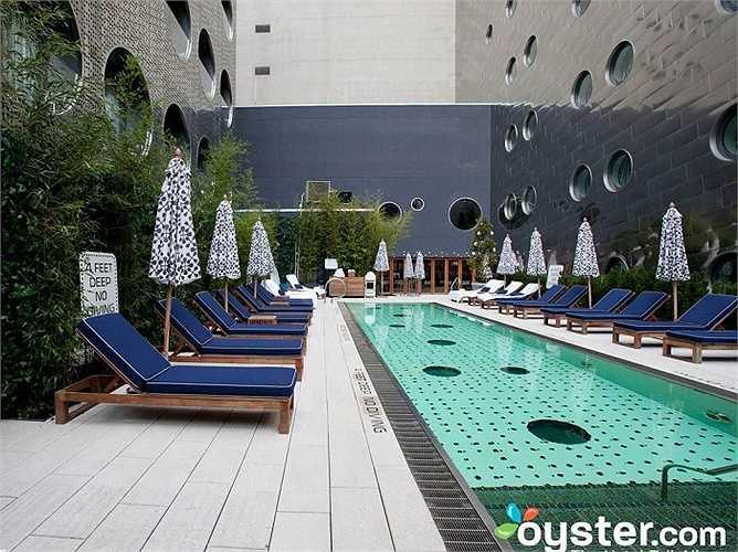 Còn thực tế, bể bơi khá mảnh mai và bị lọt thỏm giữa hai tòa nhà cao tầng.