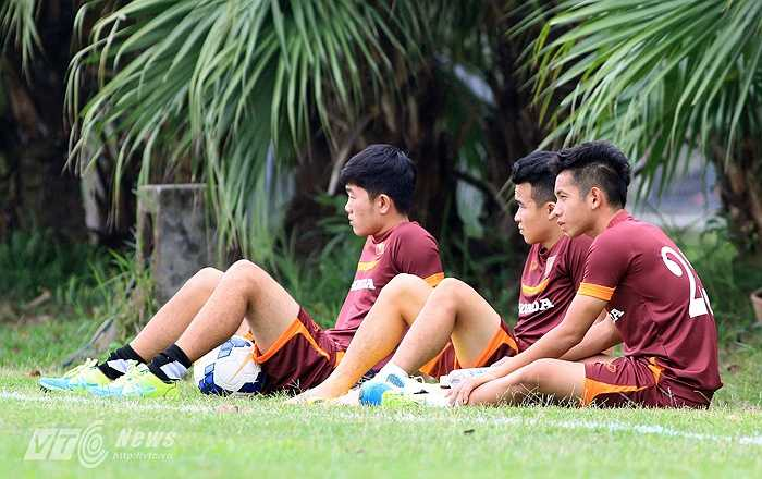 Đồng thời, anh rất buồn khi phải 'đón' những đồng đội ở HGAL là Hồng Duy, Thanh Tùng ra ngoài sân ngồi như mình.