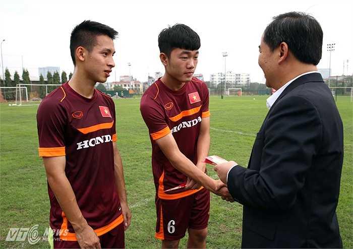 Thứ trưởng Bộ Văn hóa, Thể thao và Du lịch Lê Khánh Hải tới thăm, động viên U23 Việt Nam cũng như Xuân Trường nhân dịp năm mới.