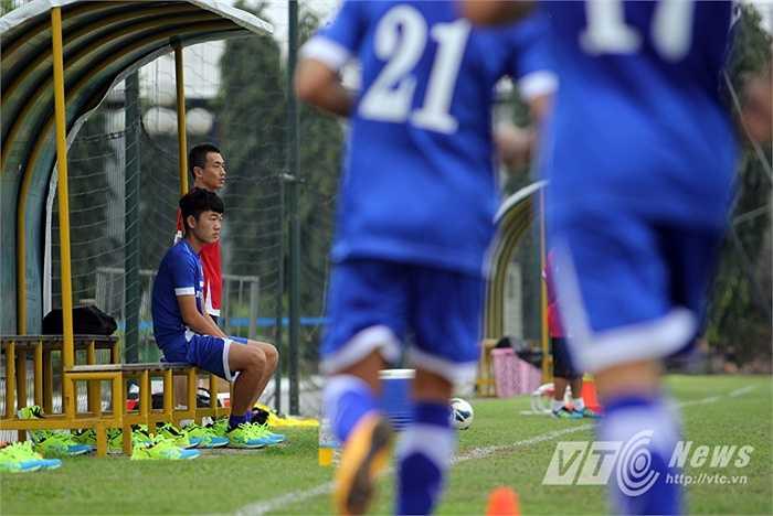 Ngồi ngoài sân nhìn các đồng đội hăng say tập luyện, Xuân Trường càng chạnh lòng.