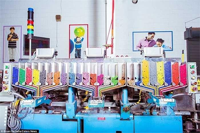 Nhiếp ảnh gia Bryan Derballa (32 tuổi), đến từ New York đã không quên chụp lại những bức ảnh ấn tượng trong chuyến thăm tới nhà máy sản xuất bút màu Crayola tại thành phố Easton, bang Pennsylvania.