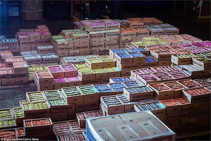 Những hộp bút được xếp ngăn nắp trong thùng để mang ra thị trường tiêu thụ