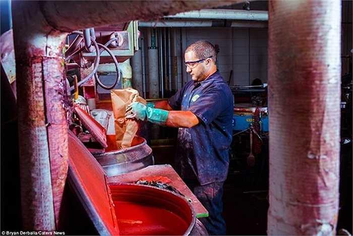 Một công nhân đang đổ thêm màu để pha trộn