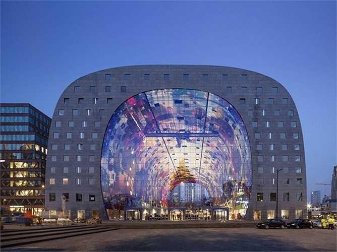 Markthal Rotterdam, trung tâm thương mại mới được mở cửa ở thành phố cảng Rotterdam, Hà Lan. Đây là kiến trúc độc đáo với thiết kế giống hình dáng một chiếc móng ngựa do công ty MVRDV thiết kế.