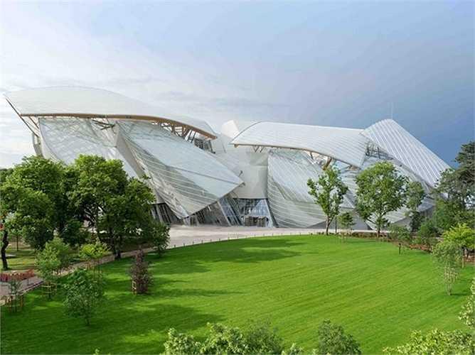 Bảo tàng Foundation Louis Vuitton tại Paris, Pháp. Công trình này do kiến trúc sư nổi tiếng Frank Gehry thiết kế với bề mặt hoàn toàn bằng kính, mô phỏng hình dạng đám mây đang trôi ngay bên trên khu công viên cây xanh Bois de Boulogne.