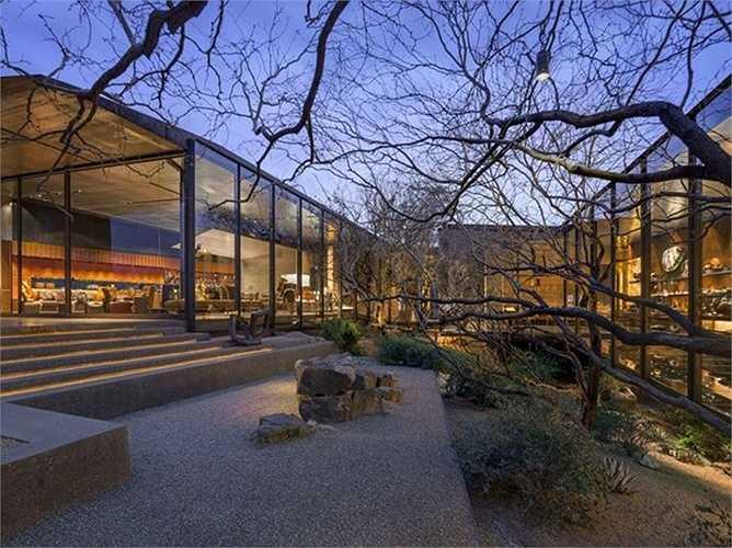 Desert Courtyard House, ở Scottsdale, Arizona (Mỹ). Tòa nhà làm bằng đất sa mạc – Thiết kế của Wendell Burnette.