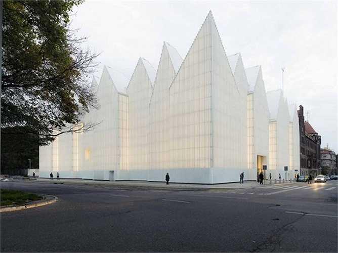 Philharmonic Hall – Một điểm đến lung linh lấy cảm hứng từ bầu trời thành phố Szczecin, Ba Lan. Đây là thiết kế của công ty Fabrizio Barozzi và Alberto Veiga. Công trình này cũng được vinh danh trong top 15 nhà đẹp năm 2015.