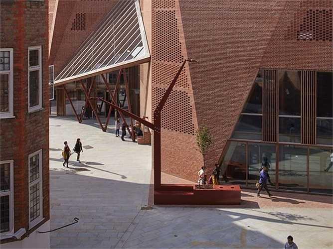 Trung tâm sinh viên Saw Swee Hock của trường Kinh tế London, Anh. Công trình do công ty O'Donnell and Tuomey thiết kế.