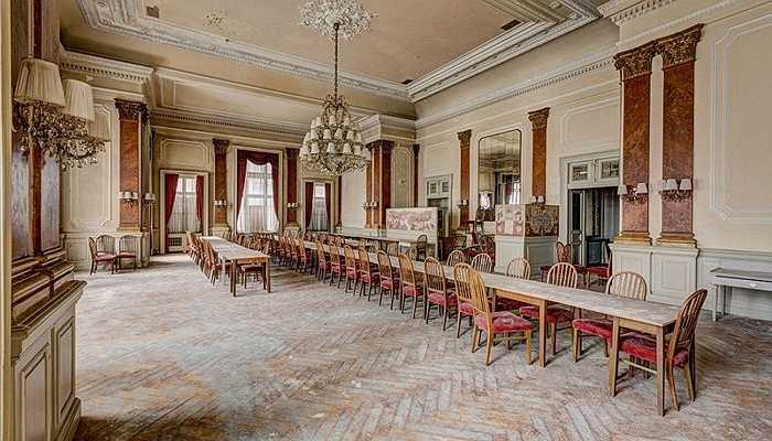 Một khách sạn hoành tráng ở Áo với sảnh rất rộng và nội thất cổ điển nhưng hiện tại đã bị bỏ hoang