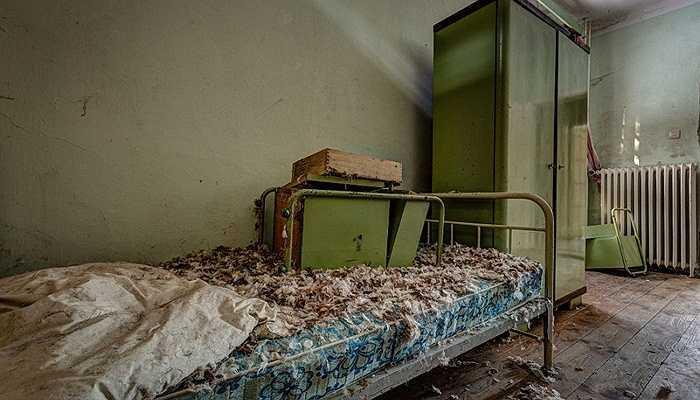 Những chiếc giường ngủ đã bị hỏng hóc nặng mặc dù đã từng đang trang bị loại đệm hiện đại nhất thời điểm đó