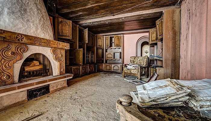 Mặc dù  bị bỏ hoang khá lâu, căn phòng sưởi này vẫn toát lên vẻ sang trọng của thời xưa