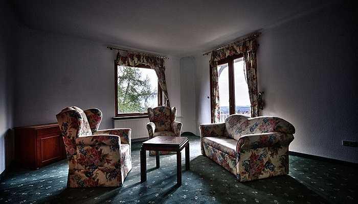 Nếu bỏ qua lớp bụi dày bằng cách giảm bớt ánh sáng, những căn phòng này còn khá bắt mắt