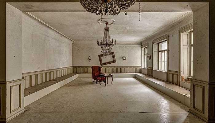 Hình ảnh này lột tả được vẻ buồn bã, cô đơn và lạnh lẽo tại khách sạn khổng lồ này