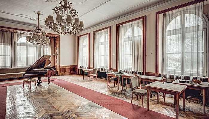 Chiếc đàn đại dương cầm cổ điển vẫn được đặt tại vị trí cũ của nó 20 năm về trước