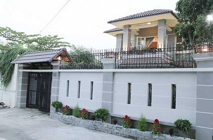 Sau một thời gian sống tại khu chung cư cao cấp, Cao Thái Sơn đã tậu thêm nhà riêng nằm trong khu biệt thự sang trọng ở quận 7, TP HCM. Ngôi nhà được mua gần một năm nay, nhưng tới dịp Tết này, anh mới tu sửa, trang hoàng để đón năm mới.
