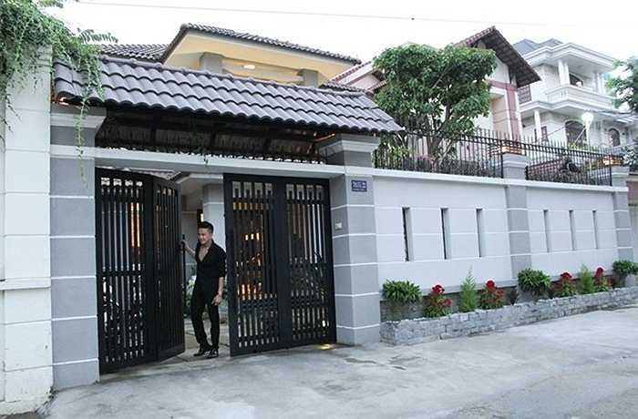 Căn nhà riêng của Cao Thái Sơn nổi bật với cổng lớn khang trang. Mặt đường rộng tiện lợi cho xe hơi.