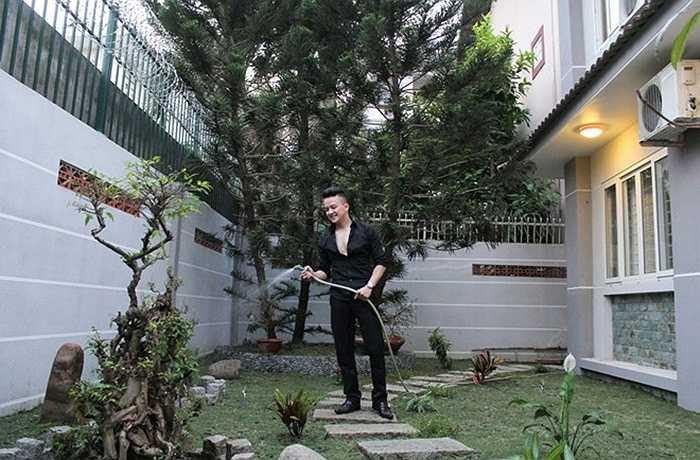 Sau nhiều năm sống trong các căn hộ chung cư, Cao Thái Sơn chuyển sang sống trong một căn nhà lớn và thoáng đãng hơn. Việc này giúp anh thuận lợi đi lại cũng như gần gũi hơn với thiên nhiên.