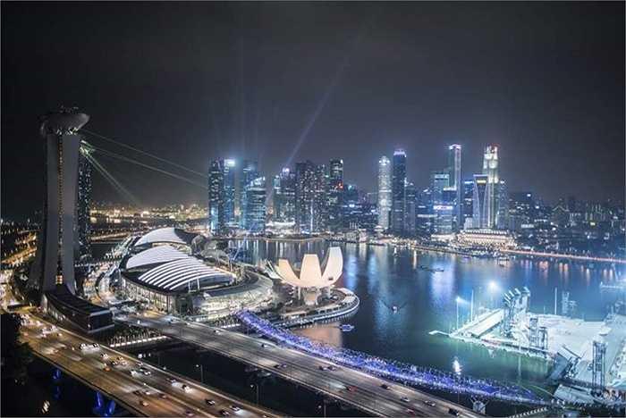 Singapore (Singapore) vẫn là thành phố đắt đỏ nhất thế giới, không thay đổi vị trí so với năm 2014. Giá 1 lít xăng 1,76 USD, giá 1 kg bánh mỳ ở mức 3,54 USD