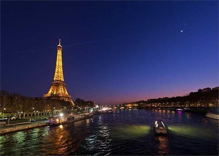 Paris (Pháp) là thành phố đắt đỏ thứ nhì thế giới, không thay đổi vị trí so với năm 2014. Giá 1 lít xăng 2,4  USD, giá 1 kg bánh mỳ ở mức 8,83 USD