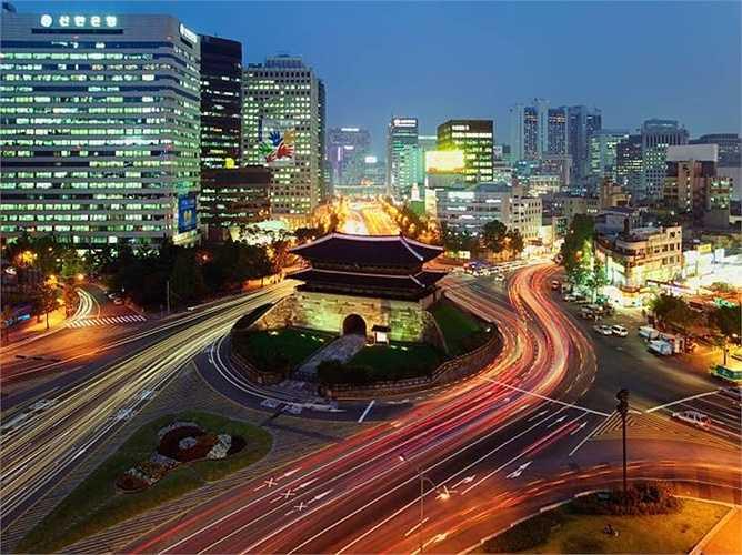 Seoul (Hàn Quốc) là thành phố đắt đỏ thứ 10 thế giới. So với năm ngoái, Seoul tăng 6 bậc trong bảng xếp hạng. Giá 1 kg bánh mỳ 13,91 USD, còn giá 1 lít xăng 1,72 USD