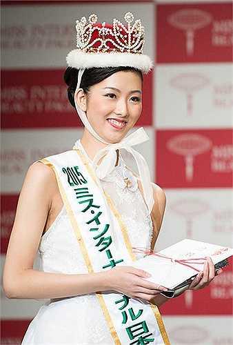 Nakagawa Arisa cũng phải đối mặt với tình huống tương tự đàn chị Rira Hongo. Ngay khi đăng quang Hoa hậu Quốc tế Nhật Bản 2015, tân hoa hậu 18 tuổi cũng sở hữu nhan sắc không được lòng người hâm mộ.