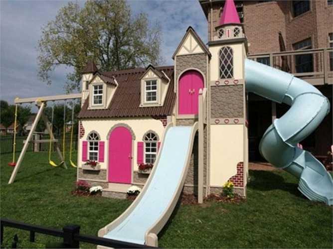 Những gia đình có điều kiện có thể chi tiền để con có không gian vui chơi. Bên cạnh biệt thự còn có cả cầu trượt cho trẻ giải trí