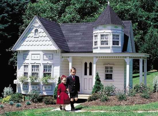 Khách hàng có thể thêm vào những ngôi nhà với xích đu, cầu trượt, leo tường, bàn ăn và trồng hoa trong khu vườn phía trước.