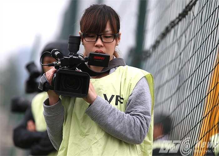 Đó là những phóng viên thể thao của hãng truyền hình Nikkei đến để làm phóng sự về HLV Miura (Ảnh: Quang Minh)
