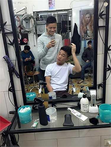 Tranh thủ thời gian xả trại,thủ môn Phí Minh Long đưa Xuân Trường, Văn Toàn đi làm tóc