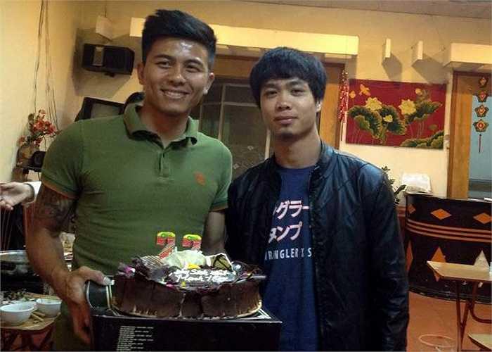 Các fan SLNA đã tổ chức một bữa tiệc đầm ấm cho Mạnh Hùng. Buổi tiệc sinh nhật dĩ nhiên có mặt đầy đủ những cầu thủ Nghệ An đang tập trung ở U23 Việt Nam lúc này