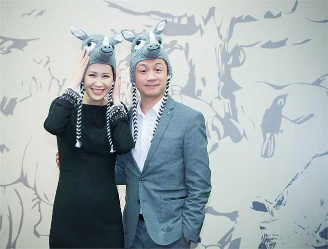 Hoa hậu thân thiện Dương Thùy Linh nhí nhảnh bên MC Anh Tuấn khi cả hai tham gia chương trình phát động phong trào bảo vệ tê giác và động vật hoang dã.