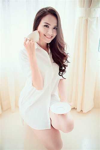 Hoa hậu Diễm Hương cũng từng thực hiện một bộ ảnh trong veo với sơ mi trắng 'giấu quần'.