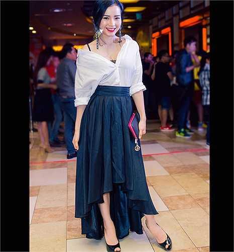 Phương Trinh Jolie lại có cách kết hợp sơ mi trắng với váy dài đen rất ấn tượng.